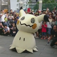 Pokémon video: Mimikyu trails behind Pikachu at the Pikachu Outbreak 2017 Carnival Parade in Yokohama